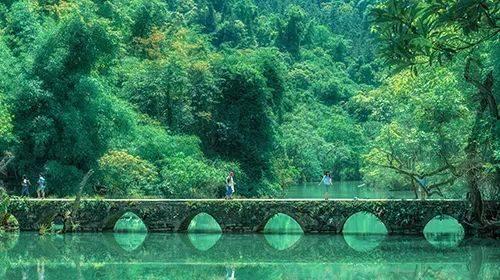 小七孔风景区位于贵州省荔波县城南部的群峰之中,景区响水河上横跨着