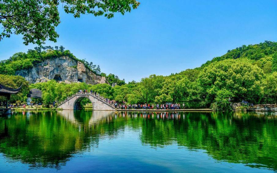 地址:绍兴市柯桥区柯岩大道558号 东 湖 东湖是浙江三大名湖之一, 在